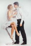 Paar van bruid en bruidegom omvat met sluier Stock Afbeeldingen