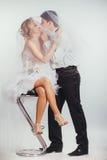 Paar van bruid en bruidegom omvat met sluier Stock Foto's