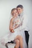 Paar van bruid en bruidegom omvat met sluier Stock Afbeelding