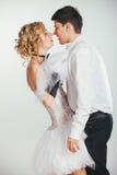 Paar van bruid en bruidegom omvat met sluier Royalty-vrije Stock Foto