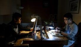 Paar van de maker van de vakliedenviool terwijl het werken aan een nieuwe viool stock foto's