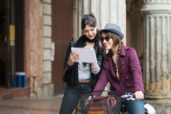 Paar van de tablet van het meisjesgebruik royalty-vrije stock afbeelding