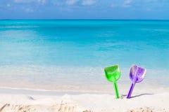 Paar van gekleurde spades op een wit zandstrand Stock Afbeelding