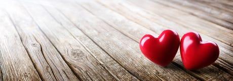 Paar van Harten in Liefde op Uitstekende Houten Lijst Stock Afbeelding