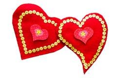 Paar van het houden van van harten met de hand gemaakt van gevoeld geïsoleerd Royalty-vrije Stock Foto