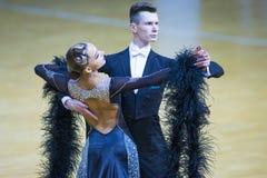 Paar van het Programma van Alexander Tishuk en Ekaterina Shibeko Performs Youth Standard- stock foto's