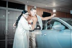 Paar van het succesvolle zakenlieden voelen tevreden na het kopen van auto royalty-vrije stock foto's