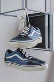 Paar van het toevallige blauwe tennisschoenschoenen hangen Royalty-vrije Stock Foto's