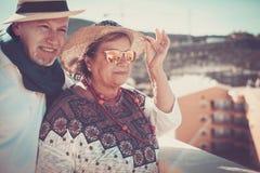 Paar van hogere openlucht in vakantie onder het zonlicht stock fotografie