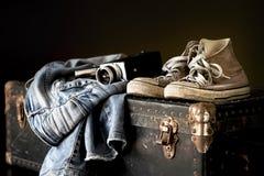 Paar van jeanstennisschoenen en filmcamera Royalty-vrije Stock Foto