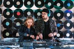 Paar van jong DJ die muziek mengen royalty-vrije stock foto's
