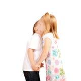 Paar van jonge geitjes, jongens en meisjesholding handen en het kussen. Liefde en Royalty-vrije Stock Afbeelding