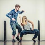 Paar van jonge man en vrouwen dansende hiphop Stock Fotografie