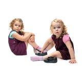 Paar van jonge meisjes die over geïsoleerde witte achtergrond zitten Royalty-vrije Stock Afbeelding