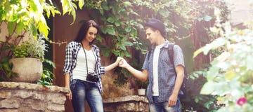 Paar van jonge reizigers: het lopen rond oude stad Stock Foto