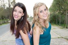 paar van jonge vrouwen die affectionately in de straat op een de zomerdag koesteren royalty-vrije stock afbeelding