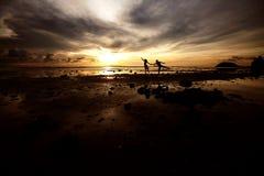 Paar van jongeren bij zonsondergang stock afbeeldingen