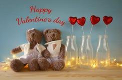 Paar van leuke teddyberen die op houten lijst zitten Royalty-vrije Stock Afbeeldingen