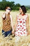 Paar van meisjes die handen houden Stock Foto