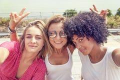 Paar van meisjes die op een bank zitten Royalty-vrije Stock Fotografie