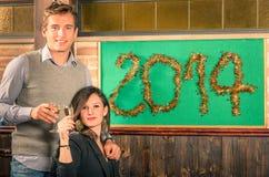 Paar van Minnaars die Nieuwjaar 2014 vieren Stock Foto's