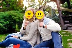 Paar van minnaars gesloten gezicht emoticons Stock Foto