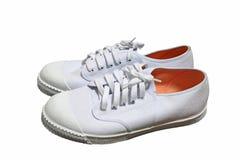 Paar van nieuwe witte die tennisschoen op wit wordt geïsoleerd Royalty-vrije Stock Foto's