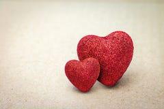 Paar van Rood hart op kartonachtergrond Het concept van de valentijnskaart stock fotografie