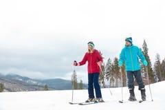 Paar van skiërs op helling bij toevlucht, ruimte voor tekst stock foto