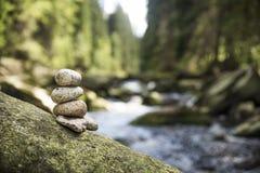 Paar van stenenpiramide in Vydra-rivier stock fotografie