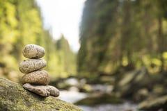Paar van stenenpiramide in Vydra-rivier stock foto's