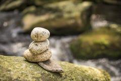 Paar van stenenpiramide in Vydra-rivier royalty-vrije stock afbeelding