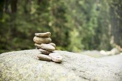 Paar van stenenpiramide in Vydra-rivier royalty-vrije stock fotografie