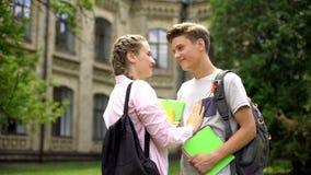 Paar van studenten die vóór universitaire klassen, gelukkig paar, liefde flirten royalty-vrije stock fotografie