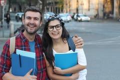 Paar van studenten op de straat stock afbeeldingen