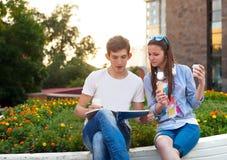 Paar van studenten tijdens een rem tussen klassen royalty-vrije stock fotografie