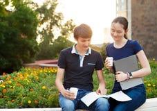 Paar van studenten tijdens een rem tussen klassen stock afbeelding