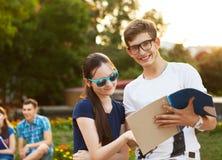Paar van studenten tijdens een rem tussen klassen stock fotografie