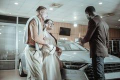 Paar van succesvolle zakenlieden die nieuwe familieauto kiezen royalty-vrije stock fotografie