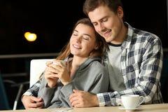 Paar van tieners die in een bar dateren stock foto's