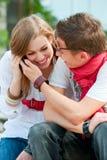 Paar van tieners die op de telefoon spreken Stock Fotografie