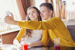 Paar van tieners in een de zomerkoffie royalty-vrije stock fotografie
