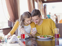 Paar van tieners in een de zomerkoffie royalty-vrije stock afbeeldingen