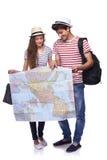 Paar van toeristen die bestemming op de kaart kijken stock fotografie