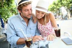 Paar van toeristen die een drank hebben royalty-vrije stock fotografie