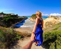 Paar van toeristen die handen houden bij Kanaal D'Amour, Sidari, Korfu stock foto's