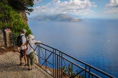 Paar van toeristen die op de mening van een terras van Capri letten royalty-vrije stock foto