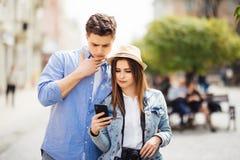 Paar van toeristen die smartphonegps in de straat raadplegen die plaatsen zoeken in nieuwe stad royalty-vrije stock foto