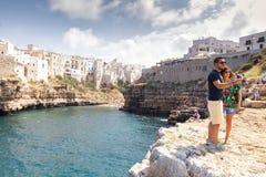Paar van toeristen in Polignano een merrie stock afbeeldingen