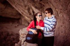 Paar van toeristen in rotsachtige grot Royalty-vrije Stock Afbeelding